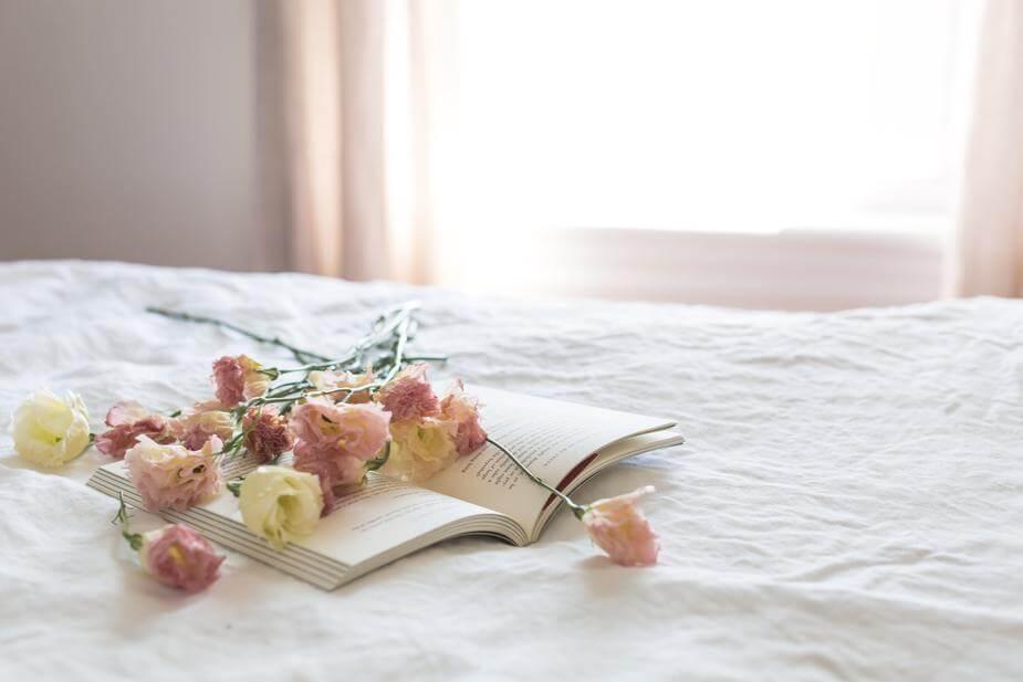 花と本の写真です