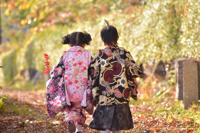 着物を着た男の子と女の子が歩いている写真