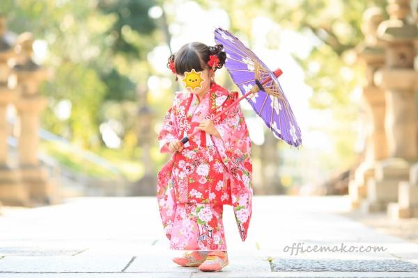 傘を持つ着物の女の子の写真です