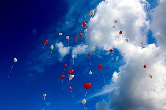 空を舞う風船の写真