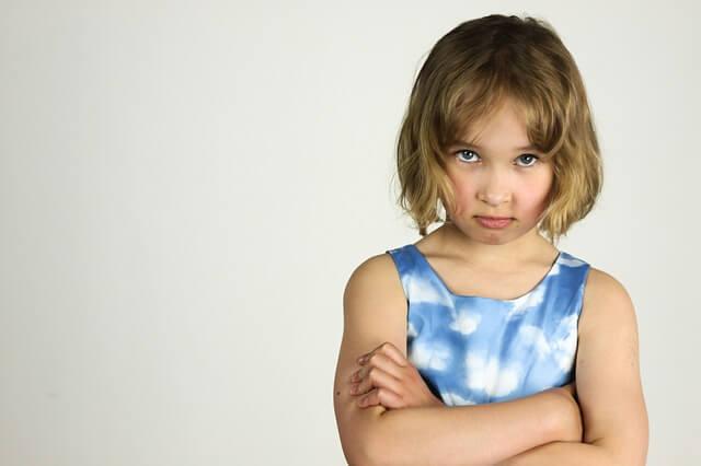 怒っている女の子の写真