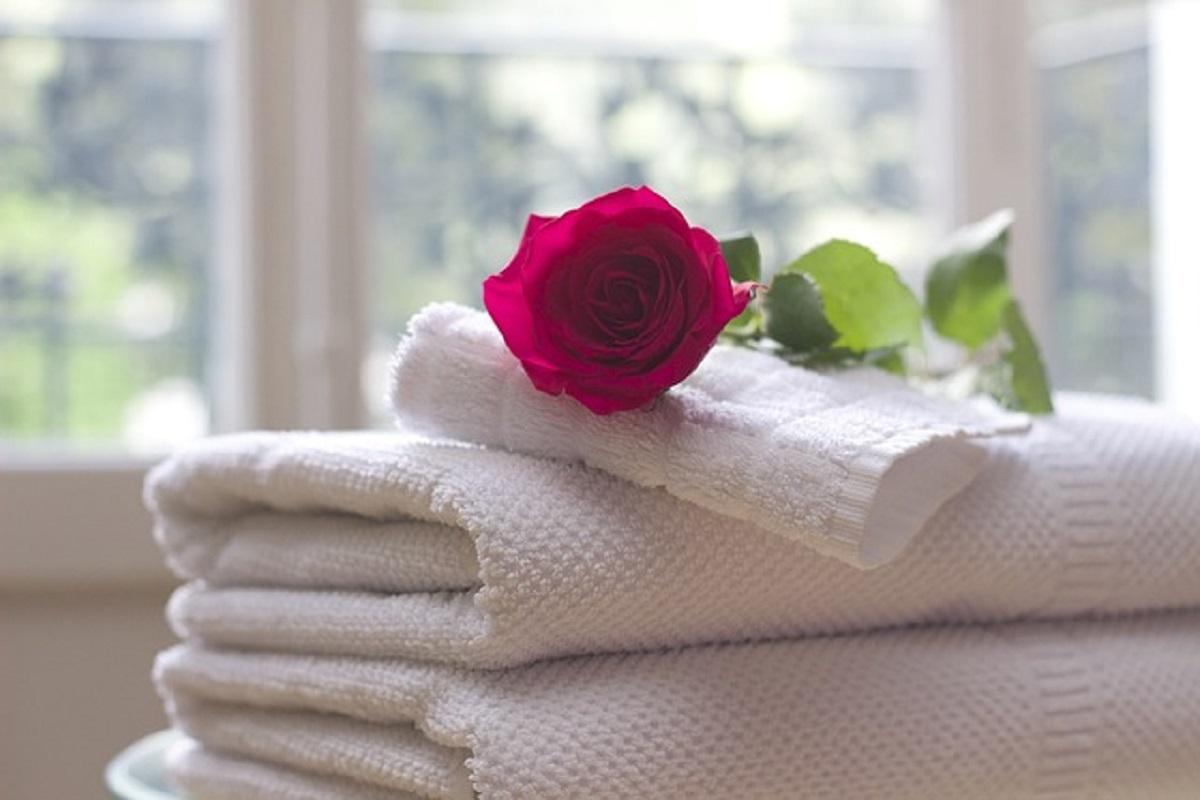 タオルと薔薇の花の写真