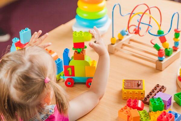 ブロックで遊んでいる女の子の画像