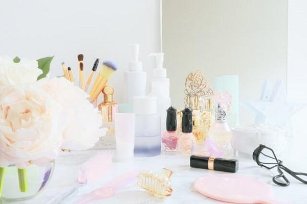 化粧品とブーケの画像
