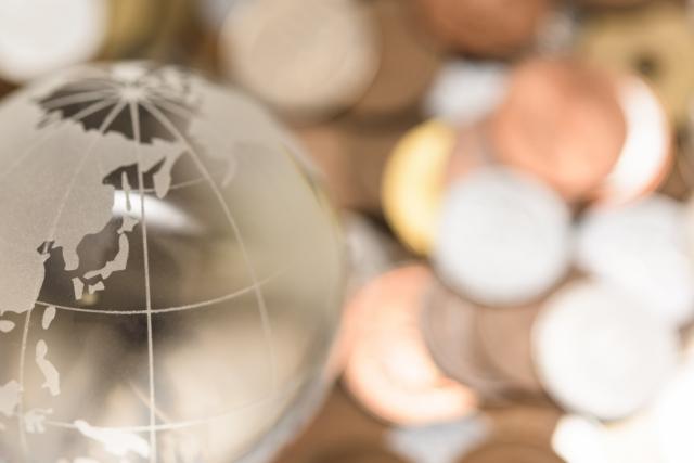 地球儀とコインの画像