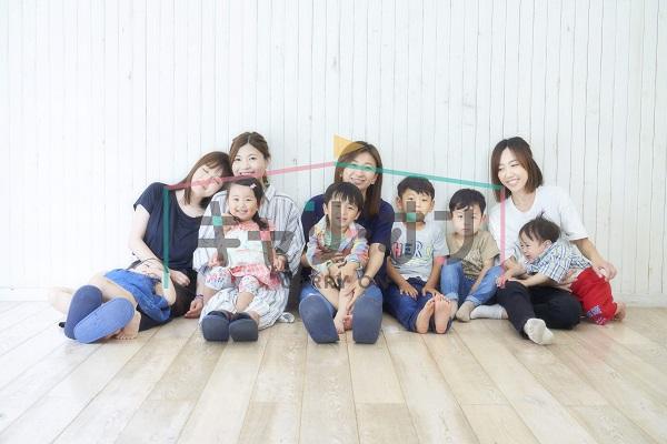 お母さん達と子供達が並んで座っている画像