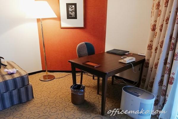 神戸ポートピアホテル客室内デスクの画像