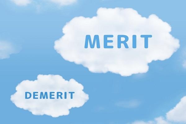 メリットとデメリットの文字が雲に書いてある画像