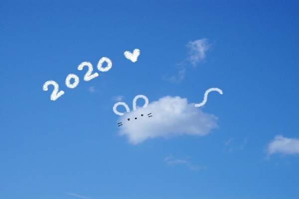 青空に浮かぶ、ねずみの形をした雲の画像