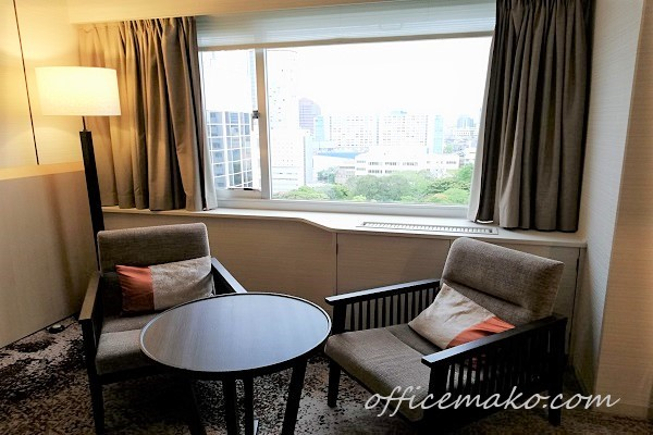 ホテル客室内テーブルと1人掛けソファの画像