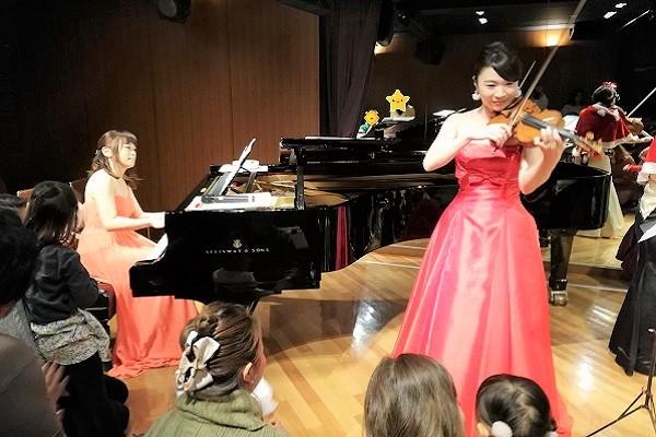 ピアノとバイオリンを弾く女性の画像