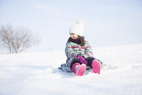 そり滑りをする女の子の画像