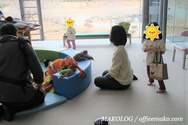室内で遊ぶ子供の画像