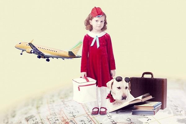 地球儀の上に立っている女の子と犬の画像