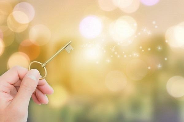 鍵を持っている手の画像