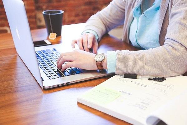ノートパソコンで勉強をする女性の画像