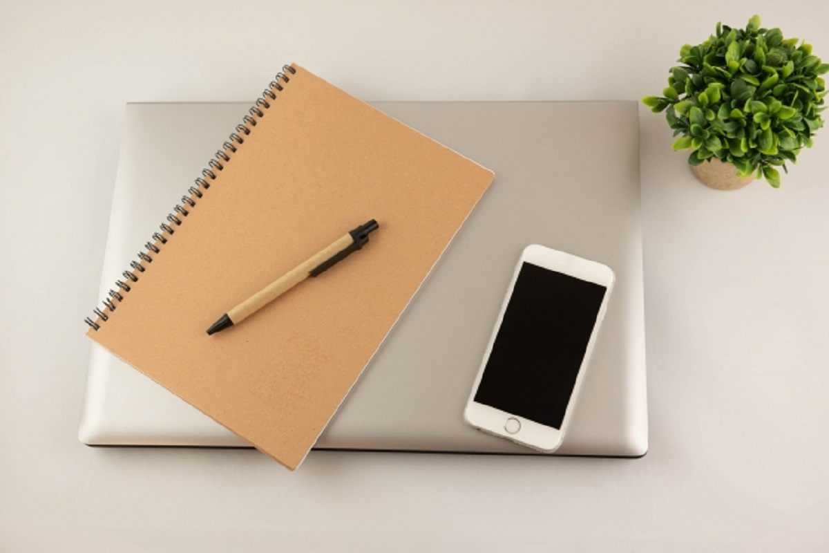 パソコンとノートとペンとスマートフォンの画像