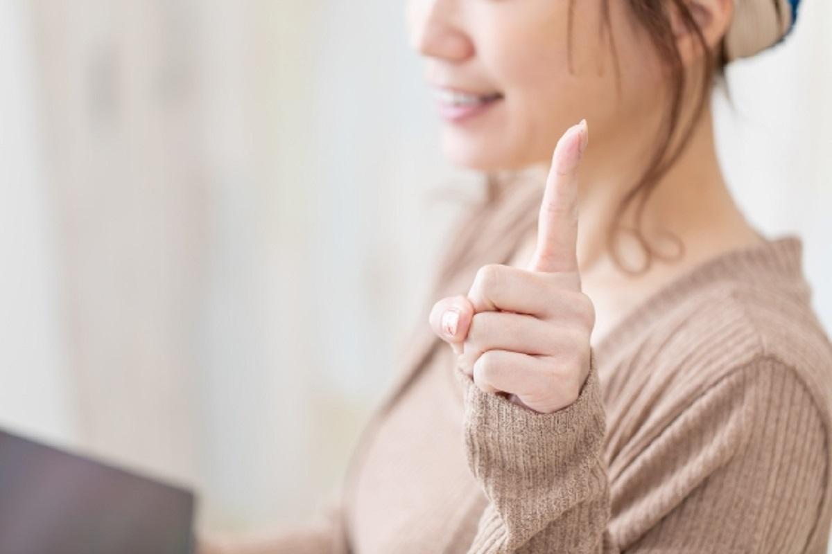 人差し指を立てた女性の画像