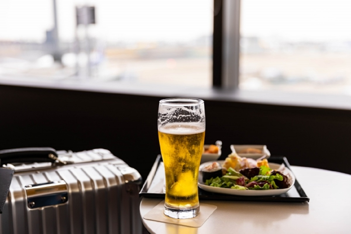 空港ラウンジのの料理とビールの画像