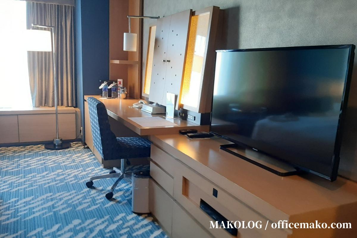 リーガロイヤルホテル大阪の客室内テレビとデスク