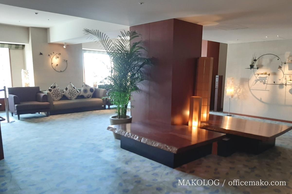 リーガロイヤルホテル大阪のカフェラウンジ前のソファ