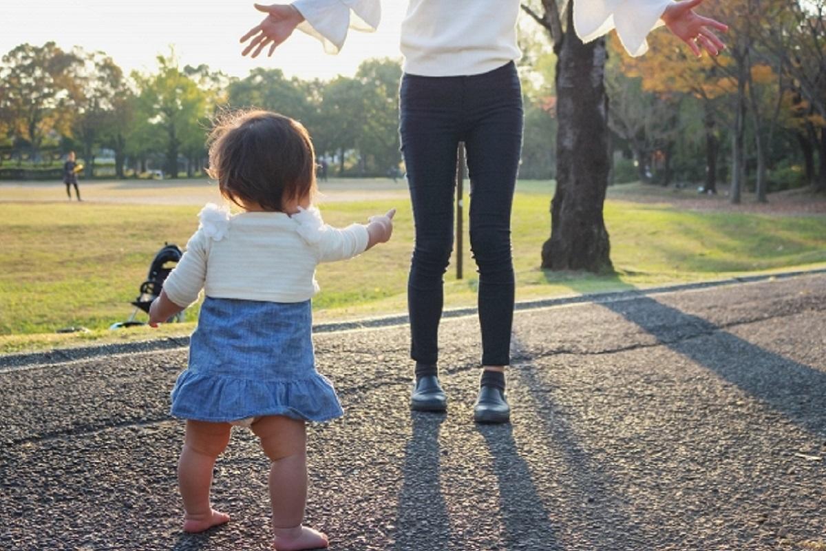 歩く練習をしている赤ちゃんとママの写真