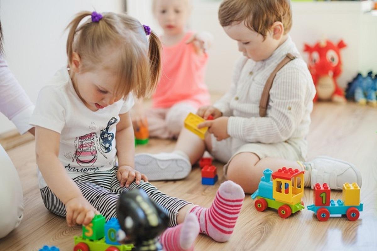 子供達がおもちゃで遊んでいる画像