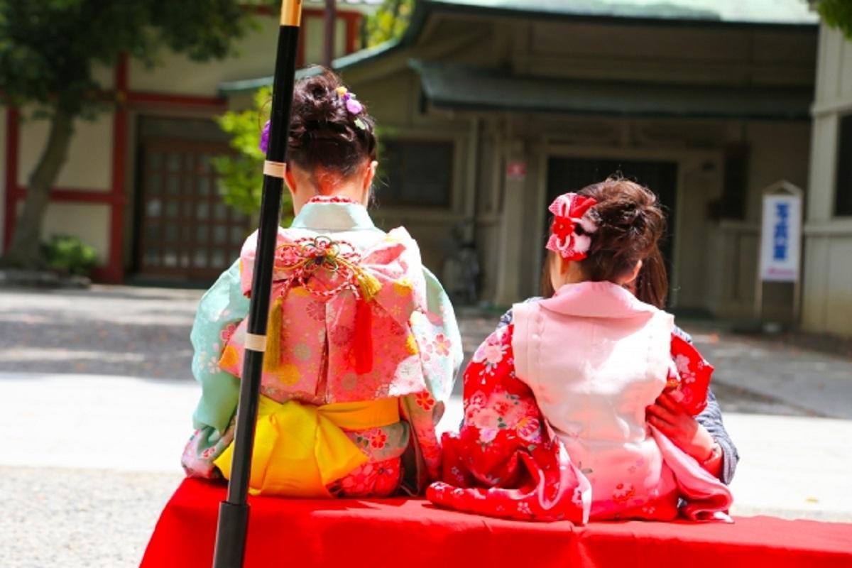 着物の女の子二人が座っている写真