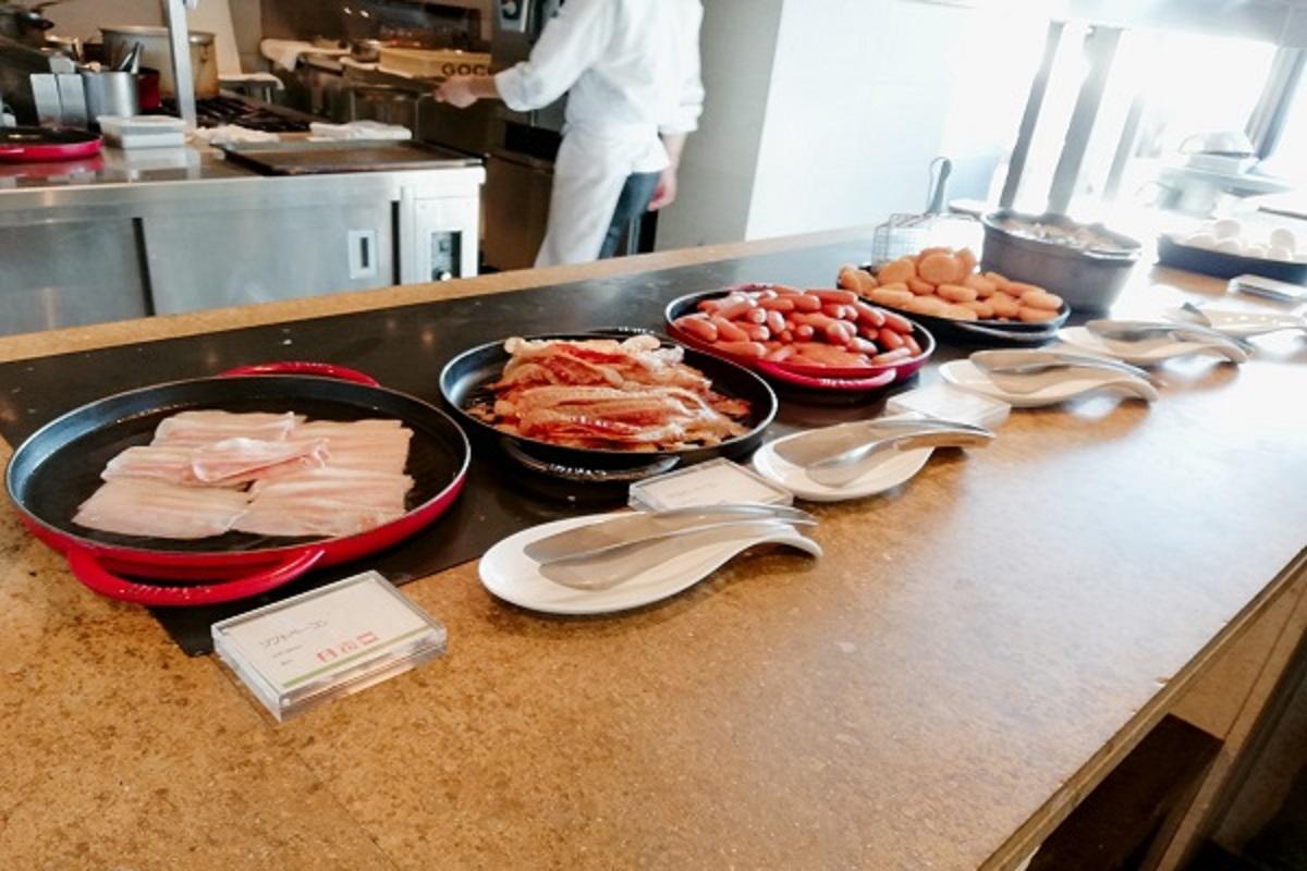 神戸ポートピアホテルの朝食ブッフェ ベーコンやソーセージの画像