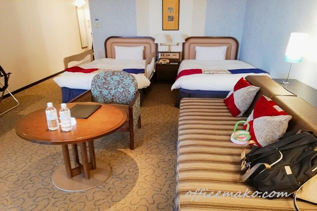 神戸ポートピアホテル客室のベッドとソファの画像