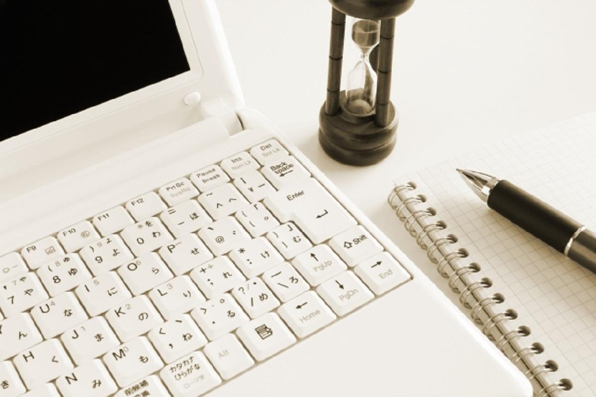 パソコンとノートとペン