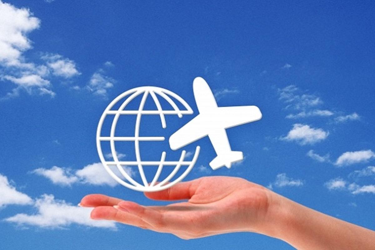 手のひらに地球と飛行機がのっている画像
