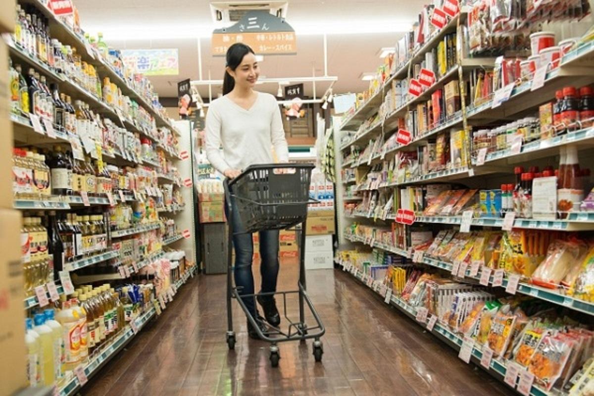 スーパーで買い物をする女性の画像