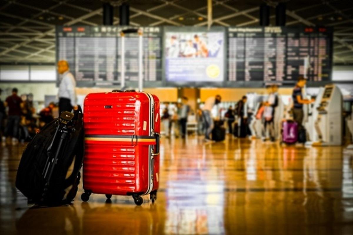 空港とスーツケースの画像