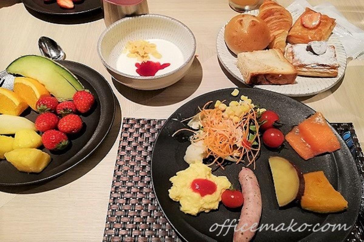 ホテルの朝食バイキングの画像