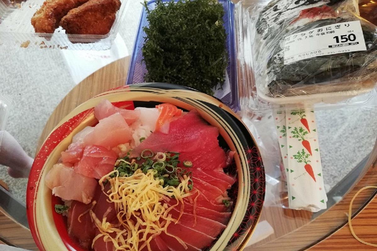 うまんちゅ市場で購入した海鮮丼、海ブドウ