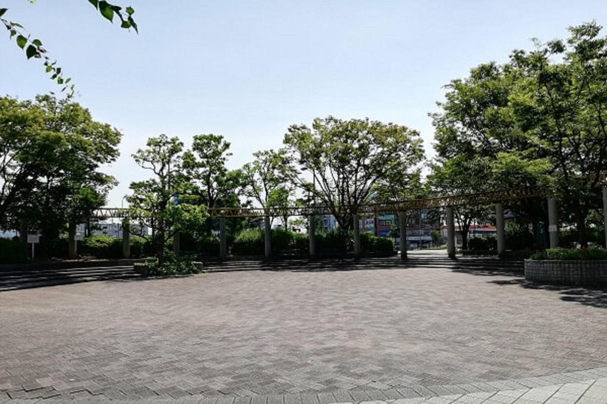 フレスポしんかなの前にある広場の写真