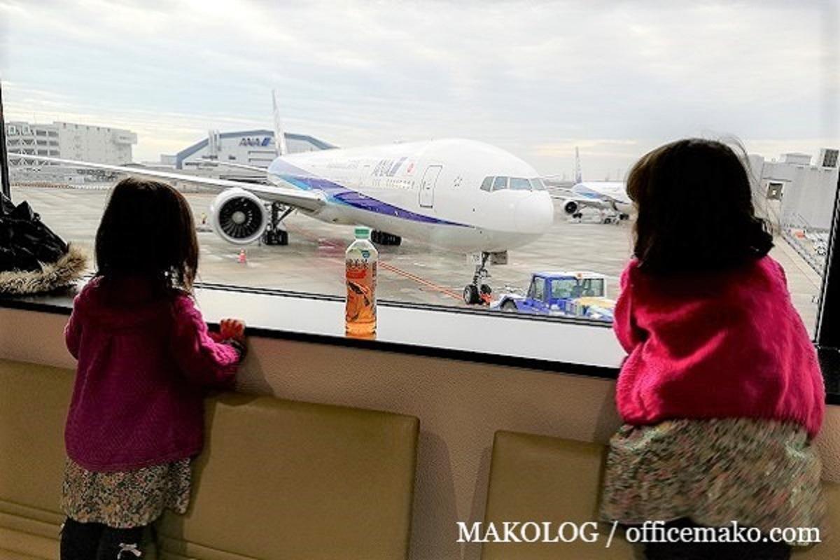 飛行機を見つめる女の子の画像