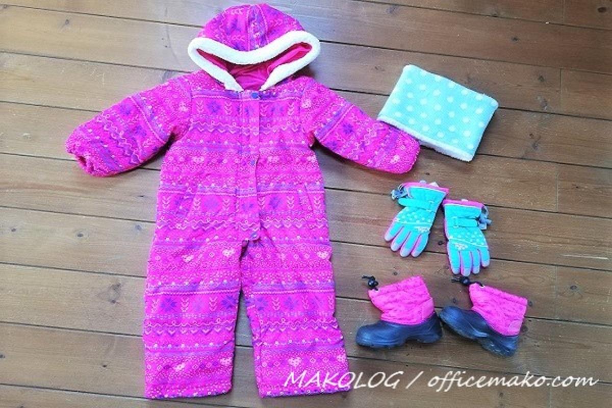 子供用スキーウェアと手袋・スノーブーツの画像