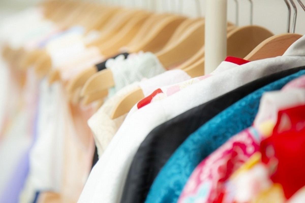 ハンガーにかかった洋服が並んでいる画像