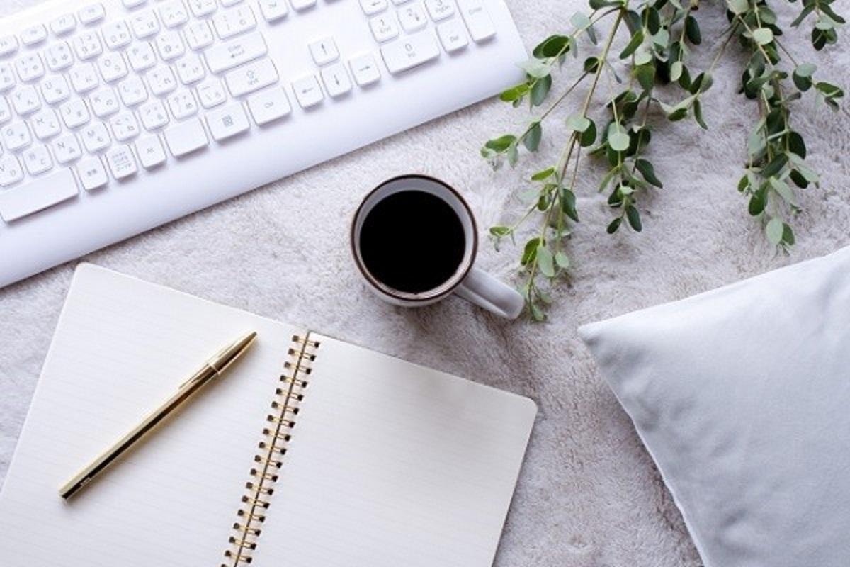 ノートとペンとコーヒーの画像