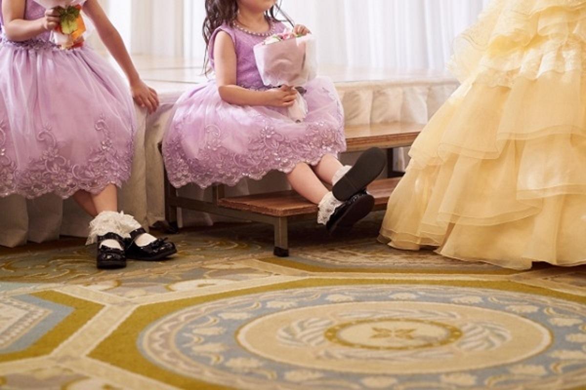 ドレスを着ている子供達の画像
