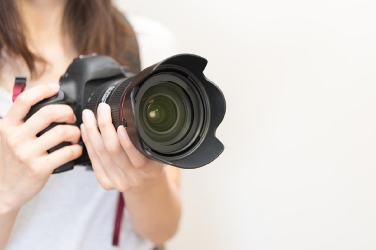 カメラを持つ女性の写真