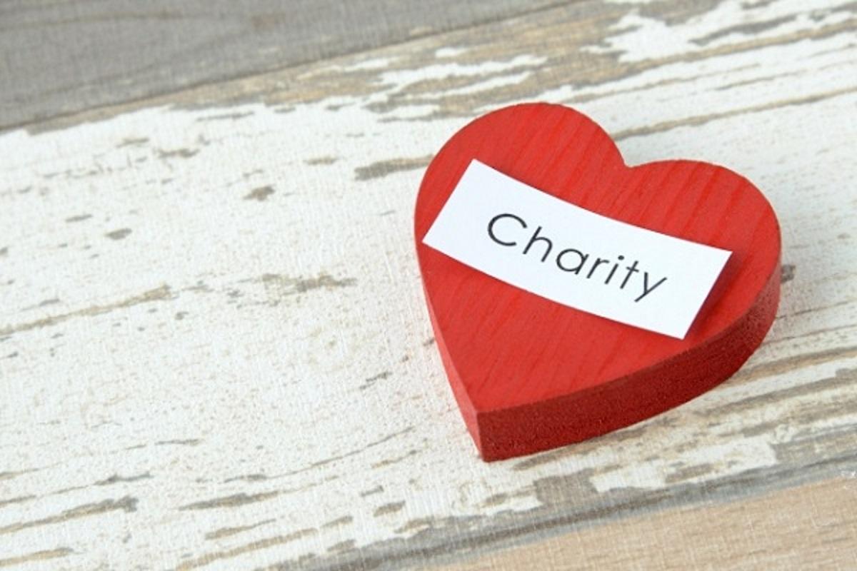 Charityという文字が入っているハート型の置物の画像