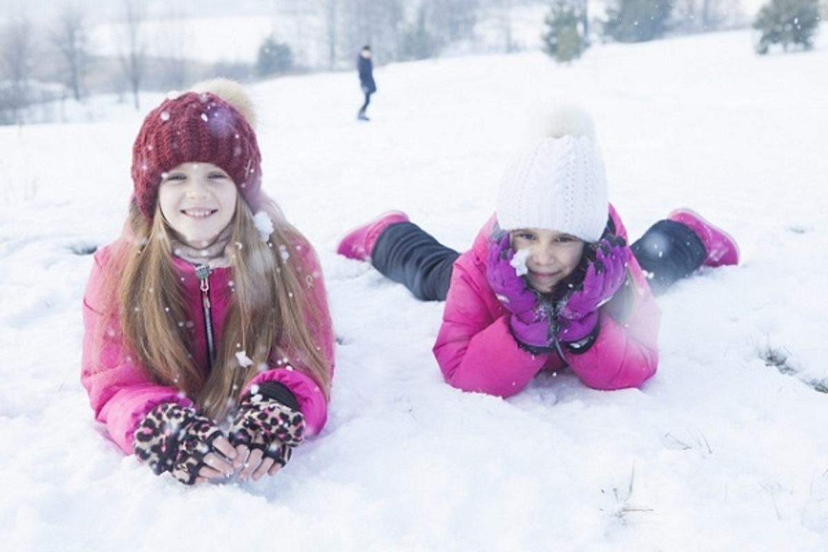 雪の上で頬杖をつく女の子たちの画像