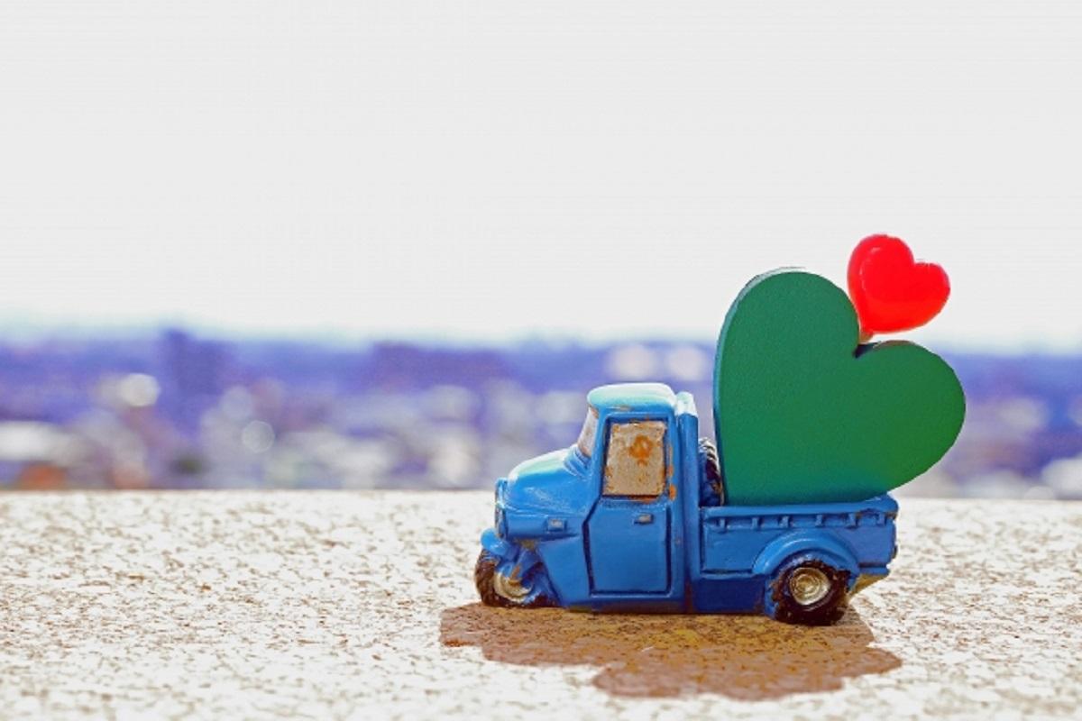 おもちゃのトラックとハートの写真