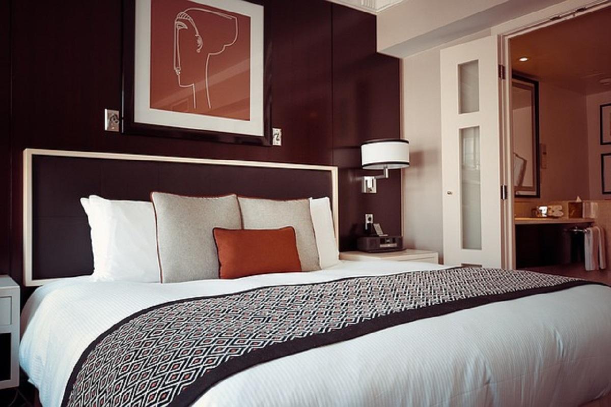シックなホテルの部屋の画像