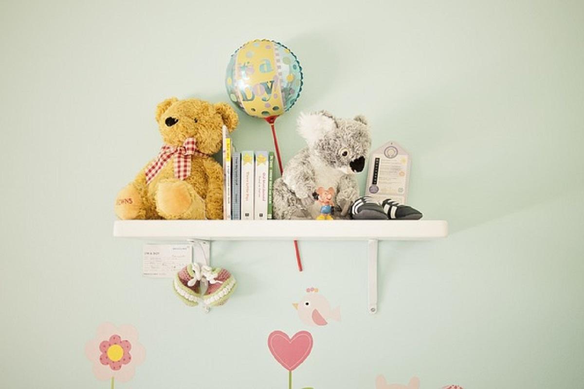 棚にぬいぐるみや風船が飾ってある画像
